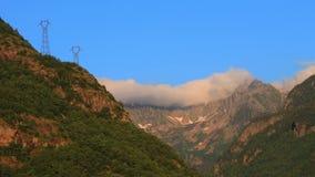 Timelapse de nubes sobre el pico de montaña en pirenáico, Francia almacen de video