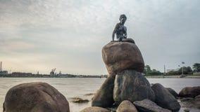 Timelapse de nubes y del agua por la estatua de little mermaid metrajes