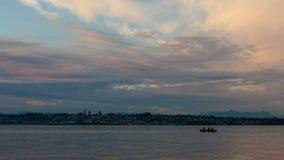 Timelapse de nubes y del cielo sobre la roca blanca A.C. Canadá de la bahía de Semiahmoo en Blaine, Washington en la puesta del s almacen de video
