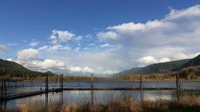 Timelapse de nubes y el cielo azul sobre el río Columbia Gorge con la reflexión 4k del agua metrajes