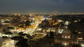 Timelapse de nuit du trafic de Colosseum et de rue, Italie banque de vidéos