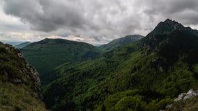 Timelapse de nuvens e de sombras moventes rápidas acima da montanha - natureza bonita - hd completo 1920 x 1080 filme