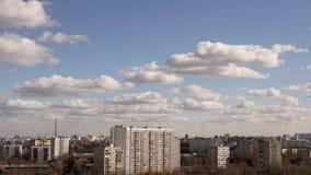 Timelapse de nuvens moventes acima da cidade de Moscou Nuvem que corre atrav?s do c?u azul vídeos de arquivo