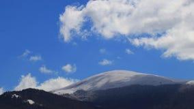 Timelapse de nuvens moventes sobre a paisagem nevado em Pirenaico, França vídeos de arquivo