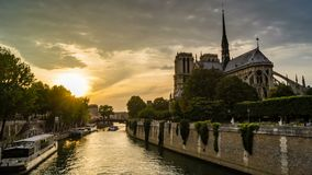 Timelapse de París en la puesta del sol, con los barcos pasando delante de catedral del Notre-Dame de Paris en el río Sena almacen de metraje de vídeo