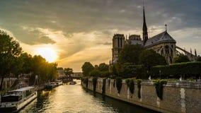 Timelapse de Paris au coucher du soleil, avec des bateaux passant devant la cathédrale de Notre-Dame de Paris sur la Seine banque de vidéos