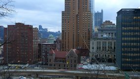 Timelapse de Pittsburgh Pennsylvania según lo visto de la parte alta por la tarde metrajes