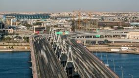 Timelapse de pont de croisement de baie d'affaires, ruelle-pont 13, au-dessus du Dubai Creek, ouvert en mars 2007 clips vidéos