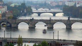 Timelapse de ponts de Prague, rivière européenne de bateaux de touristes de personnes clips vidéos