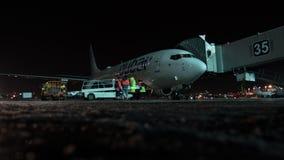 Timelapse de prestar serviços de manutenção o plano de Flydubai na noite Aeroporto de Domodedovo em Moscou vídeos de arquivo