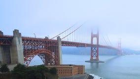 Timelapse de puente Golden Gate en el tiempo brumoso 4K almacen de metraje de vídeo