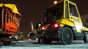 Timelapse de subir el avión de FlyDubai y de cargar el equipaje en la noche del invierno almacen de video