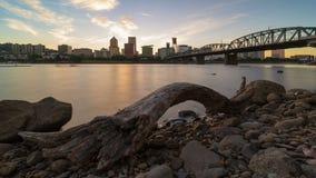 Timelapse de UHD 4k de la puesta del sol larga de la exposición sobre el horizonte céntrico de la ciudad de Portland Oregon con H almacen de metraje de vídeo