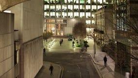 Timelapse de uma cena da rua que mostra os trabalhadores que saem do escritório vídeos de arquivo
