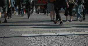 Timelapse de uma interseção aglomerada em Éstocolmo urbana no verão Somente pés mostrados filme