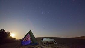 Timelapse de uma pessoa que dorme sob um céu estrelado Andreev video estoque