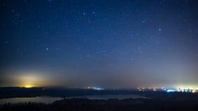 Timelapse de un campo ardiente contra el cielo nocturno almacen de video