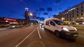 Timelapse de un intesection ocupado del centro de ciudad en la última tarde en Riga metrajes