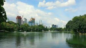 Timelapse de un lago en parque del lumpini en Bangkok durante día, Tailandia almacen de metraje de vídeo