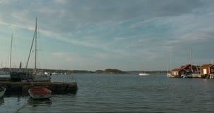 Timelapse de un puerto hermoso en una pequeña isla en el archipiélago sueco metrajes