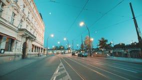 Timelapse de una intersección ocupada de la ciudad con las tranvías y los coches almacen de metraje de vídeo