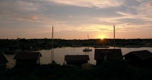 Timelapse de una puesta del sol colorida en una isla en el archipiélago sueco almacen de video