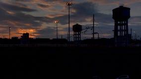 Timelapse de una puesta del sol sobre un ferrocarril industrial almacen de metraje de vídeo