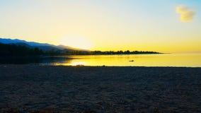 Timelapse De zon neemt bij de hoogte boven het meer toe stock videobeelden