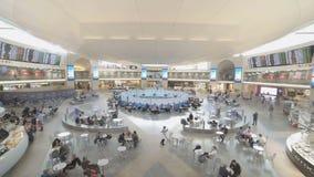 Timelapse dei duty-free ad un terminale di aeroporto archivi video