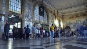 Timelapse dei passeggeri alla stazione ferroviaria storica di bento del sao a Oporto, Portogallo stock footage