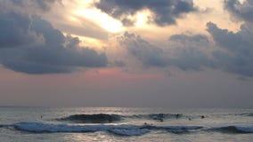 Timelapse dei surfisti di sera stock footage