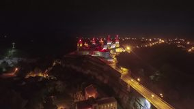 Timelapse del abejón de la noche del castillo Ucrania de Kamianets-Podilskyi almacen de metraje de vídeo