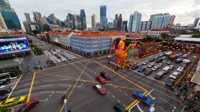 Timelapse del auto y del tráfico de peatones en un empalme ocupado en Chinatown en el Año Nuevo chino 4k de Singapur