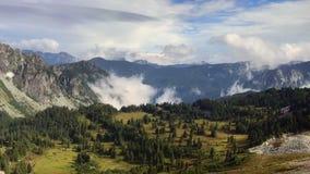 Timelapse del balanceo se nubla en las montañas y el valle metrajes