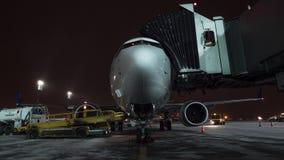Timelapse del cargamento del equipaje y del avión del embarque de FlyDubai en la noche del invierno metrajes