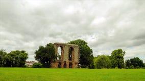 Timelapse del castello di Caludon nel parco del castello del caludon, Coventry, Regno Unito stock footage