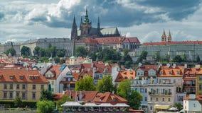 Timelapse del castello di Praga e di Charles Bridge, vista dall'argine, repubblica Ceca stock footage