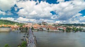Timelapse del castillo de Charles Bridge y de Praga, visión desde la torre del puente, República Checa almacen de metraje de vídeo