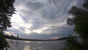 Timelapse del cielo con grandi nuvole sopra il fiume in 4k video d archivio
