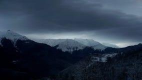 Timelapse del cielo dramático en las montañas del invierno ajardina Nubes y sombras Casas en las montañas almacen de metraje de vídeo