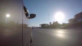 Timelapse del coche en el camino de ciudad en un día de verano almacen de metraje de vídeo