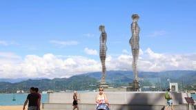Timelapse del ` commovente Ali della scultura e del ` di Nino da Tamar Kvesitadze a Batumi stock footage