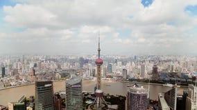 Timelapse del distretto di Shanghai Lujiazui e del fiume Huangpu finanziari, Shanghai, Cina archivi video