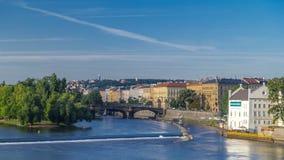 Timelapse del fiume della Moldava nel ostrov di Strelecky del distretto con il ponte delle legioni, Praga, repubblica Ceca video d archivio
