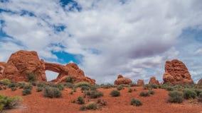 Timelapse del flujo de nubes en los arcos parque nacional, Utah, los E.E.U.U., 4k metrajes