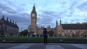 Timelapse del fotógrafo inmóvil y el tráfico indican en Ben London grande metrajes