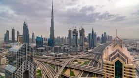 Timelapse del horizonte de Dubai en la puesta del sol con los rascacielos y el tráfico por carretera hermosos de Sheikh Zayed, Du almacen de metraje de vídeo