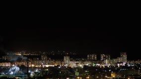 Timelapse del horizonte de la ciudad de la noche Tr?fico del empalme de camino Las luces oscilan en ventanas almacen de video