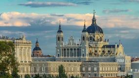 Timelapse del horizonte de Madrid, España en Santa Maria la Real de La Almudena Cathedral y Royal Palace almacen de video
