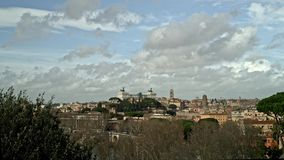Timelapse del horizonte de Roma en el día nublado Roma es el destino turístico pedido del mundo almacen de metraje de vídeo